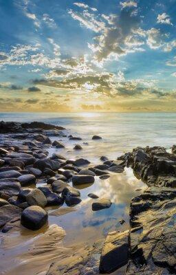 Fotomural Puesta de sol en la playa rocosa