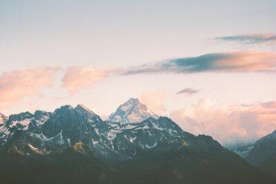 Fotomural Puesta de sol Montañas picos y nubes Paisaje Verano Viajes naturaleza salvaje escénica vista aérea.