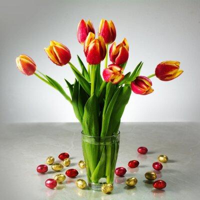 Fotomural Ramo de tulipanes frescos y pequeños chocolate amarillo rojo pascua por ejemplo