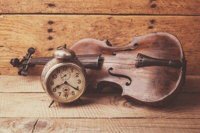 Fotomural Reloj antiguo y viejo violín sobre la mesa de madera de época
