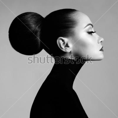 Fotomural Retrato blanco y negro del estudio del arte de la moda de la mujer elegante hermosa en cuello alto negro. El pelo se recoge en la viga alta. Estilo de ballet elegante