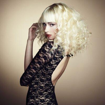 Fotomural Retrato de joven rubia hermosa en vestido negro