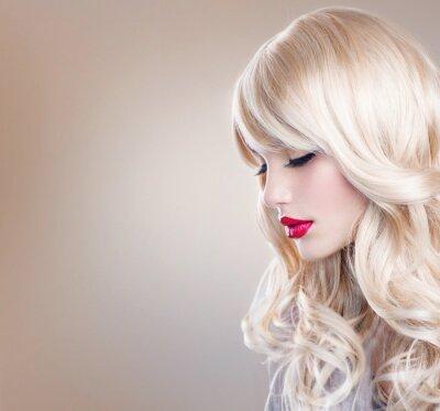 Fotomural Retrato de la mujer rubia. Chica rubia hermosa con largo Cabello ondulado