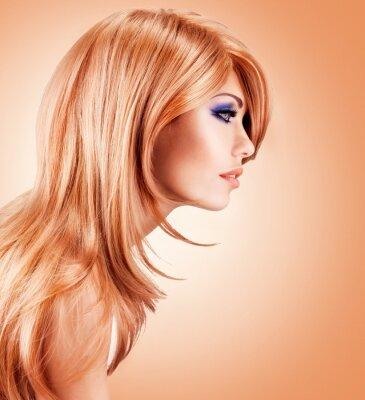 Fotomural Retrato de perfil de la hermosa mujer bonita con pelos rojos largos