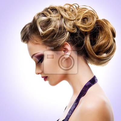 Fotomural Retrato de perfil de la mujer con el peinado de moda