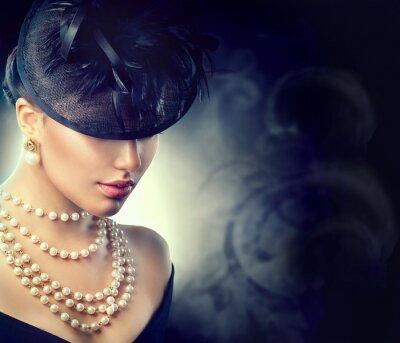 Fotomural Retrato retro de la mujer. Muchacha del estilo de la vendimia que desgasta el sombrero pasado de moda