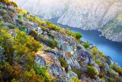 Fotomural Río con altos bancos rocosos