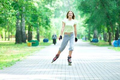 Fotomural Roller patinaje niña deportivo en el parque de patinaje en el patín en línea