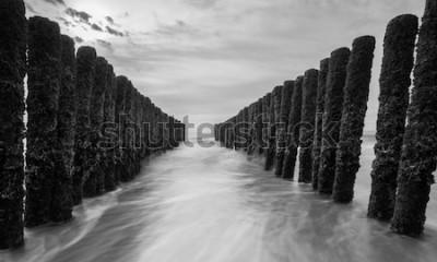Fotomural rompeolas en el mar Báltico en colores blanco y negro