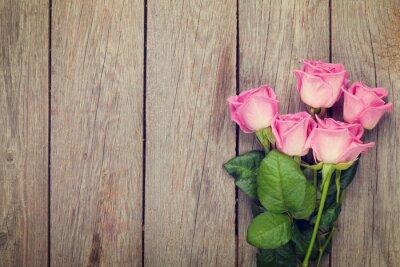 Fotomural Rosas de color rosa ramo sobre la mesa de madera