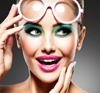 Fotomural Rostro de una hermosa niña expresiva con maquillaje de moda.