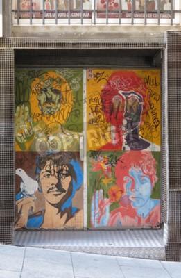 Fotomural SALAMANCA, ESPAÑA - CIRCA JUNIO 2015: Los retratos del arte pop de Beatles por Richard Avedon (1967), reproducido en una puerta del club de noche, con el graffiti