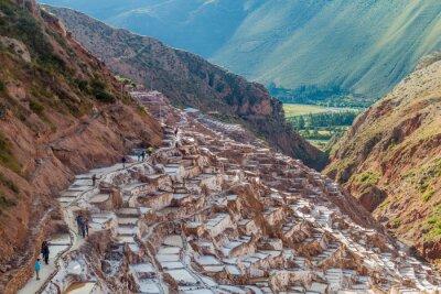 Fotomural SALINAS, PERÚ - 21 DE MAYO DE 2015: Los turistas visitan las cacerolas de sal (Salinas) en el Valle Sagrado de los Incas, Perú
