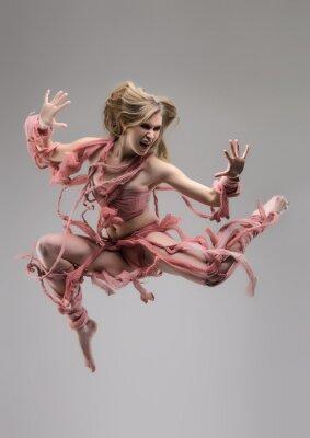 Fotomural Salto de la mujer envuelta en el estudio sobre fondo gris