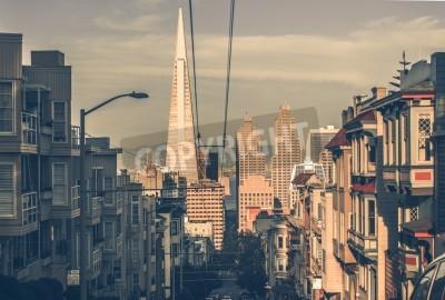 Fotomural San Francisco Paisaje urbano al atardecer con rascacielos del centro en una distancia. San Francisco, California, Estados Unidos. Arquitectura de San Francisco en clasificación del color de la vendimi