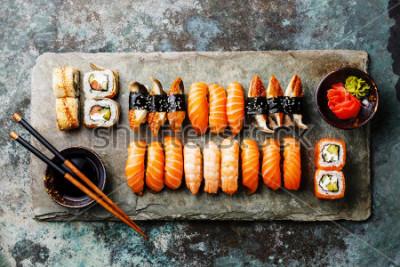 Fotomural Set de sushi servido en pizarra de piedra gris sobre fondo de metal