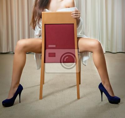 Fotomural Sexy piernas en tacones altos negros en la silla en el hotel 9b91840ee418
