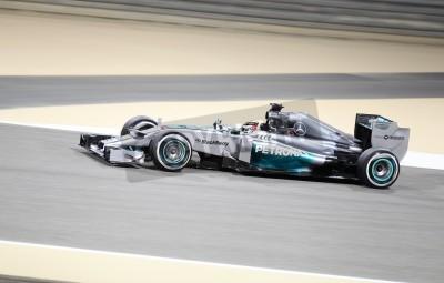 Fotomural Shakir, Bahrein - 04 de abril: Lewis Hamilton de las carreras de Mercedes durante la sesión de práctica en Viernes, 04 de abril 2014, la Fórmula 1 Gulf Air Gran Premio de Bahrein 2014