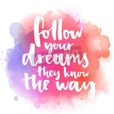 Fotomural Siga sus sueños ellos conocen el camino. Cita inspirada sobre vida y amor. Texto de caligrafía moderna, manuscrito con pincel en rosa y naranja fondo de chapoteo de acuarela con bokehs.