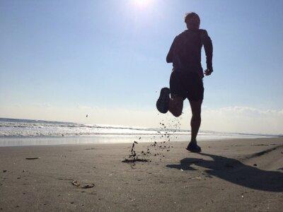 Fotomural Silhoette del hombre corriendo en la playa