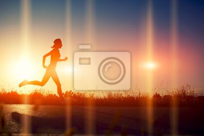 Fotomural Silueta de la muchacha atlética corriendo por el camino hermoso