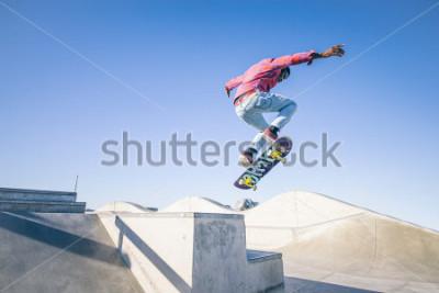 Fotomural Skater haciendo un truco en un skate park