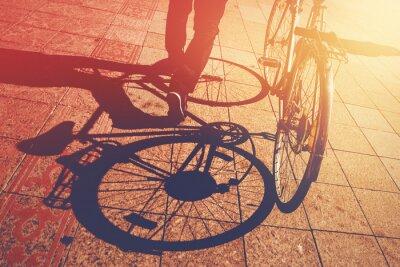 Fotomural Sombra en el pavimento, hombre empujando la bicicleta