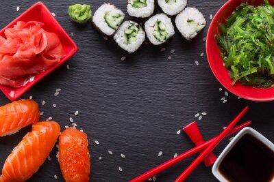Fotomural Sushi y rollos en una mesa de pizarra