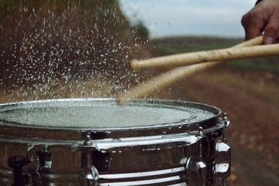 Fotomural Tambor con agua y salpicaduras después de impactar sobre ella