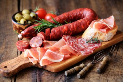 Fotomural Tapas españolas - chorizo, salsichon, jamón serrano, lomo y aceitunas