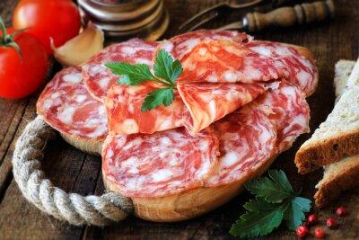 Fotomural Tapas españolas - salame en rodajas de madera rústica tabla de cortar con pan y tomates