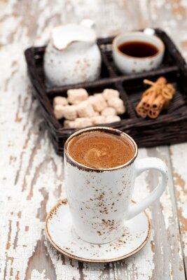 Fotomural Taza de café cappuccino sobre un fondo claro.