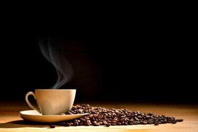 Fotomural Taza de café con humo y granos de café sobre fondo de madera vieja
