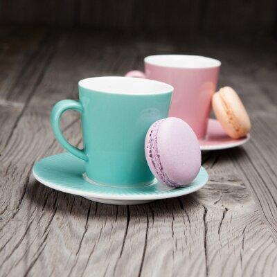 Fotomural Tazas de café con macarrones franceses en la mesa