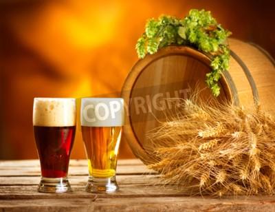 Fotomural Todavía composición de la vida con el barril de cerveza de la vendimia y dos vidrios de cerveza oscura y ligera. Concepto de cerveza ámbar fresco. Green callos de lúpulo y el trigo en la mesa de mader