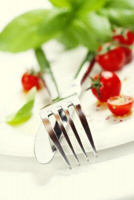 Fotomural tomates frescos, un cuchillo y un tenedor en un plato