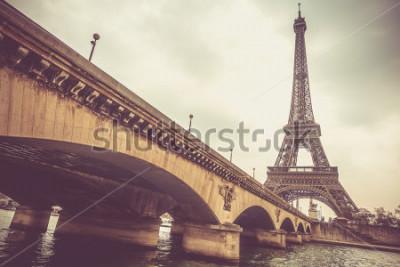 Fotomural Torre Eiffel y el puente de Jena en un día nublado.