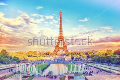Fotomural Torre Eiffel y fuente en Jardines du Trocadero, París, Francia. Fondo de viaje con filtro de instagram retro vintage
