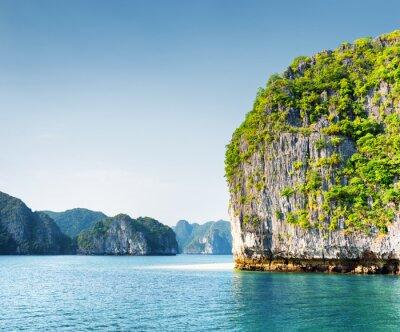 Fotomural Torre kárstica escénica en la Bahía de Ha Long, Vietnam