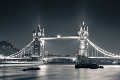 Fotomural Tower Bridge at night in black and white