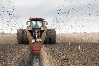 Fotomural Tractor con doble dique de ruedas excavando canal de drenaje