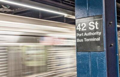Fotomural Tren acelerando en el metro de Nueva York. 42 st