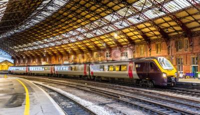 Fotomural Tren de pasajeros en la estación ferroviaria de Bristol Temple Meads, Inglaterra