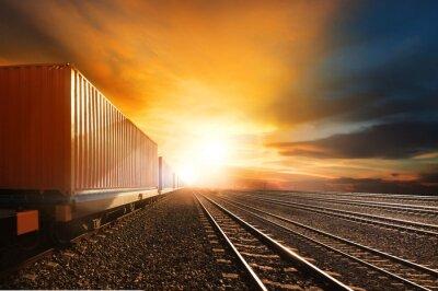 Fotomural trenes de contenedores de la industria que se ejecutan en los ferrocarriles seguimiento contra el novio