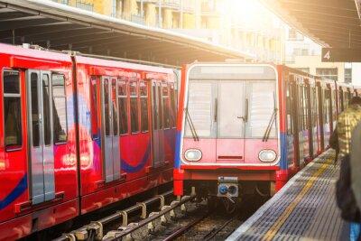 Fotomural Trenes urbanos sin conductor en la estación de Londres