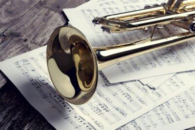 Fotomural Trompeta y partituras en la vieja mesa de madera. Estilo vintage.