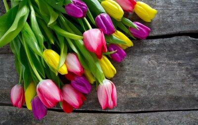 Fotomural Tulipanes coloridos en superficie de madera