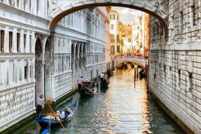 Fotomural Turistas en góndolas navegando bajo el Puente de los Suspiros en Venecia