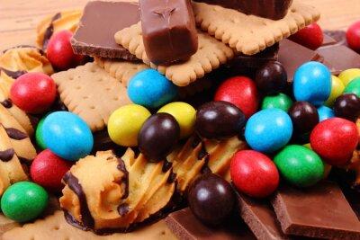 Fotomural Un montón de dulces en la superficie de madera, alimentos poco saludables