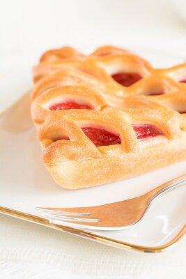 Fotomural Un pedazo de pastel de fresas acostado en una placa
